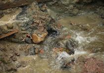 По словам астраханцев, сточными водами затопило пересечение улиц Пугачева и Фиолетова