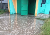 Нужны ходули: подъезд многоквартирника затопило после ливня в Ноябрьске