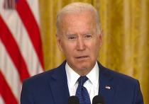 """Президент США Джо Байден пообещал, что организаторы взрывов в Кабуле, ответственность за которые взяла на себя террористическая группировка """"Исламское государство"""" (признана террористической и запрещена в России), заплатят за гибель американских граждан"""