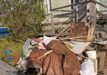 Неизвестные захламили развалившейся мебелью территорию у дома в Лабытнанги