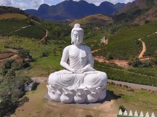 В Бразилии открыли статую Будды выше Иисуса в Рио-де-Жанейро