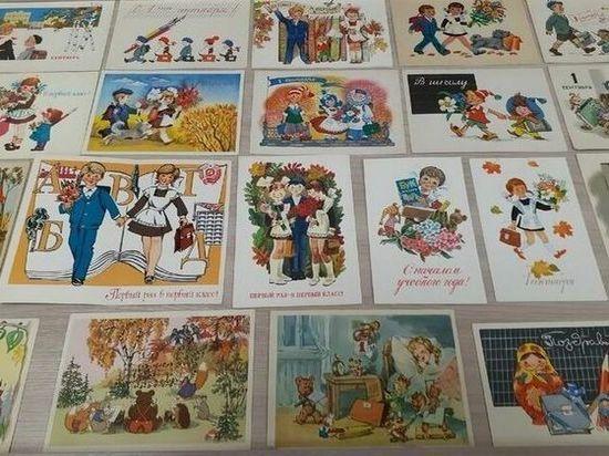 Выставка советских открыток заработала в псковской областной библиотеке