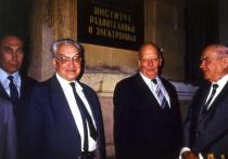 До и после войны, пока Хрущев не передал жилищное строительство в столице в  руки  правительства Москвы, жилые дома возводили все министерства и ведомства