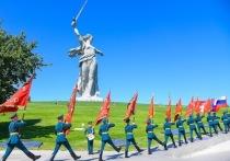 Лавров и Бочаров приняли участие в передаче боевых знамен в Волгограде