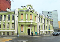 Изящное невысокое здание на Малой Красносельской улице знакомо всем москвичам с детства — кто никогда не пробегал мимо, тот обязательно видел этот дом на фантиках конфет