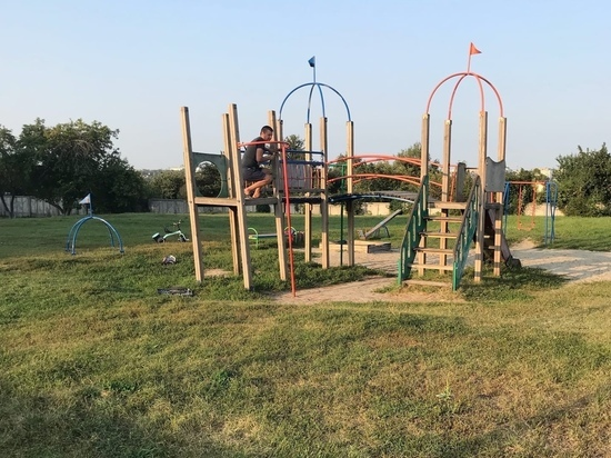В Курске во дворе 19-ой школы демонтировали детскую площадку