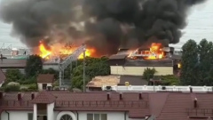 На пляже в Сочи сгорело двухэтажное кафе: кадры с места