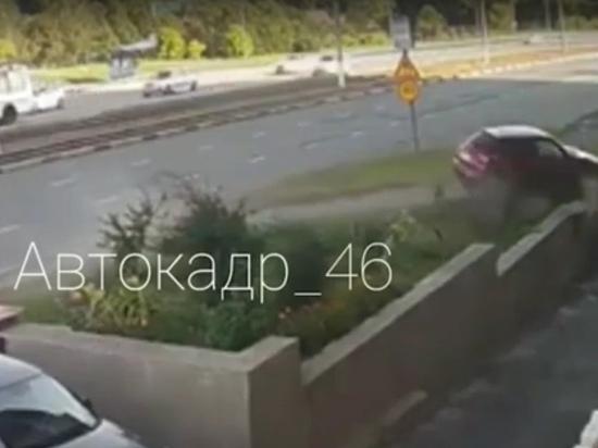 В Курске у Кировского моста иномарка пробила бетонное ограждение