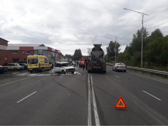 В столкновении легковушки с бетономешалкой в Томской области погибла женщина