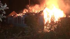 Под Екатеринбургом пожар уничтожил часть дачного поселка: кадры с места