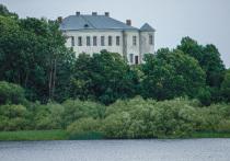 В Псковской области есть свой Белый Дом! Именно так в народе называют усадьбу на вершине Замковой горы в Усвятах