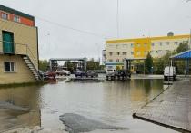 Озеро из дождевой воды распростерлось на улице Надыма