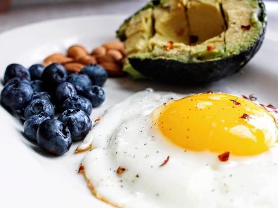 Диетологи указали на привычки в еде, которых следует избегать, если вы хотите похудеть