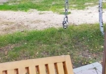 Сорванные с петель качели в парке Ноябрьска починили после жалобы в соцсети