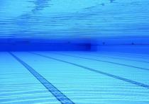 Пятилетняя девочка захлебнулась и пролежала на дне бассейна целую минуту, пока ее случайно не заметил один из отдыхающих на городском курорте на Большой Черемушкинской улице