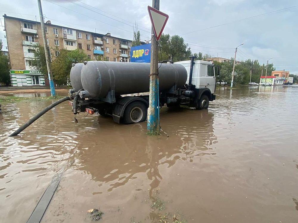 Так в Астрахани откачивают ливневую воду