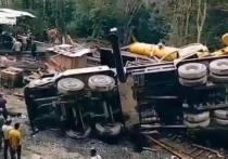 Автокран рухнул на газовую трубу в Сочи