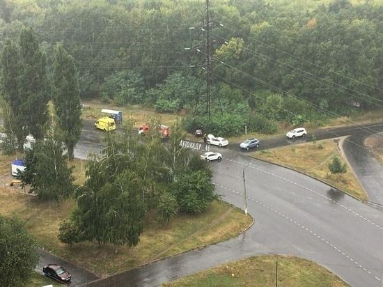 В Курске после аварии легковушка протаранила высоковольтную опору