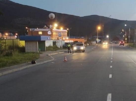 Мотоциклист без прав сбил в Магадане женщину