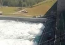 Сброс воды через плотину Иркутской ГЭС вырос до 3,6 тысячи кубометров в секунду