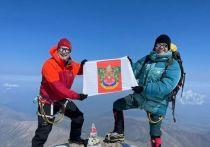 На вершине Эльбруса альпинисты развернули герб сочинского парка «Ривьера»