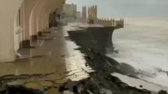 В Сочи мощным штормом смыло часть городской набережной: видео