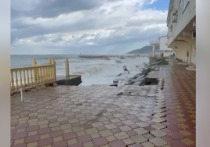 В Сочи во время шторма часть набережной смыло в море