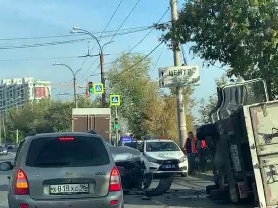 Грузовик опрокинулся на бок в результате аварии на Щербакова в Екатеринбурге