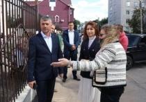Рокотянская проверила установку нового забора около школы №8 в Рязани