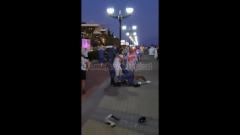 Видео драки влюблённой парочки и росгвардейцев: мужчина выхватывает дубинку