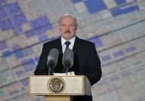 Президент Белоруссии Александр Лукашенко нашел место для картины, на которой изображен с автоматом