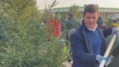 Глава ЯНАО и общественники высадили деревья у инфекционного корпуса в Новом Уренгое