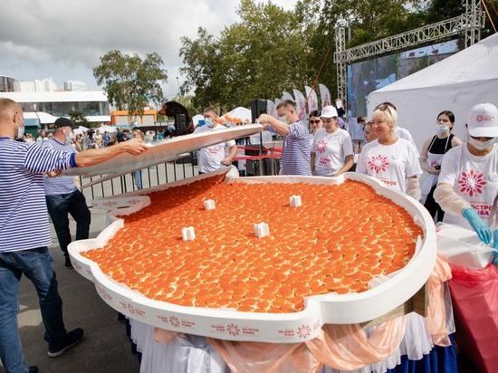 В Южно-Сахалинске приготовили гигантский бутерброд и 300 литров супа