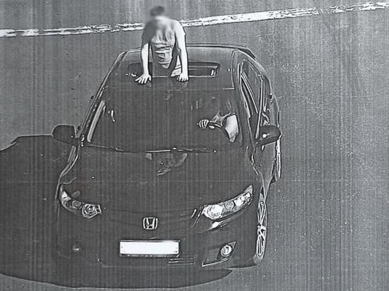 Томскую водительницу оштрафовали за высунувшегося в люк пассажира