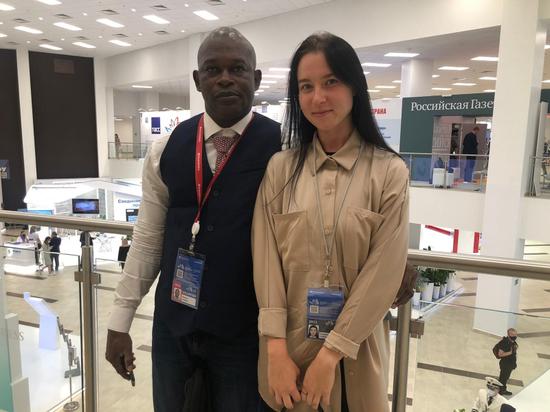 Во Владивостоке волонтер ВЭФ из Мали поблагодарил сотрудницу пресс-службы регионального УМВД