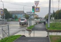 Спуск в «бассейн»: огромная лужа посреди «зебры» на обновленной дороге возмутила жителей Салехарда