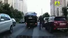 Погоня мужчины за эвакуатором, увозившим его машину, попала на видео