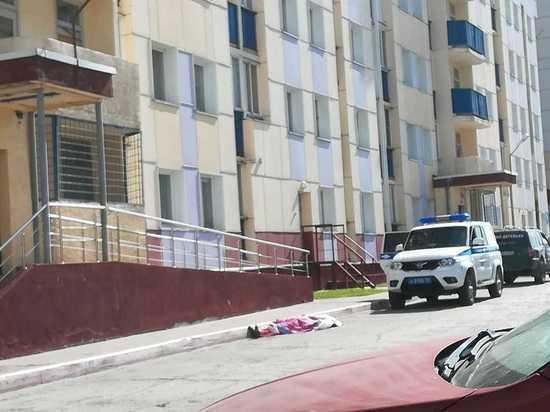 Молодой человек выпал из окна дома в Первомайском районе Новосибирска