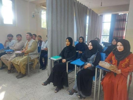 Студентки Кабула опубликовали фото с лекции: шторки и хиджаб