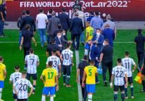Инцидент на матче Бразилии и Аргентины попал в заголовки по всему миру. Исторические соперники играли в отборе к чемпионату мира-2022 меньше шести минут, пока на поле не образовалась большая неразбериха. Поединок лидеров квалификационного турнира с вероятностью более 90% перенесен на более поздний срок. «МК-Спорт» расскажет, как реагируют на скандал во всем мире.