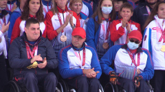 В честь российских паралимпийцев подняли флаг: кадры с Красной площади