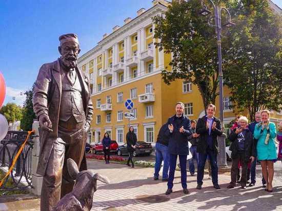 На Верхневолжской набережной установили скульптуру профессора Преображенского