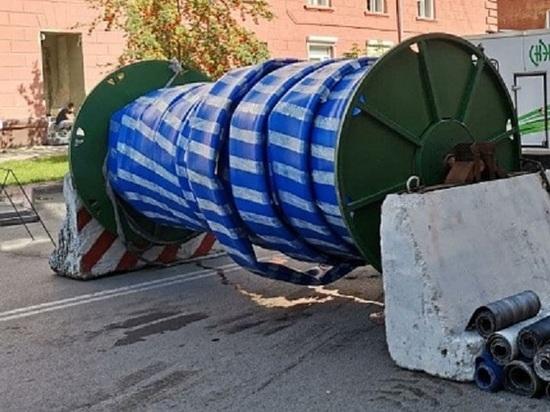 В центре Кемерова рабочие практикуют новую технологию ремонта трубопровода