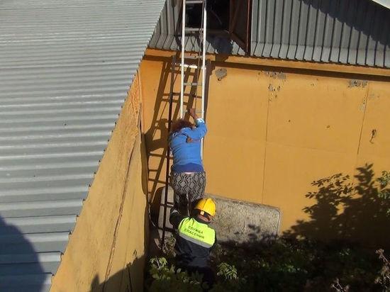 В Кемерове спасли застрявшую на чердаке женщину