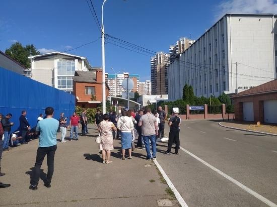 В Краснодарском крае около 100 собственников автомобилей с армянскими номерами вновь собрались у здания таможни и ГИБДД