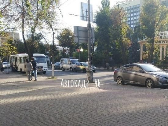 В центре Курска на Ленина столкнулись учебный автомобиль и микроавтобус Дорожной инспекции