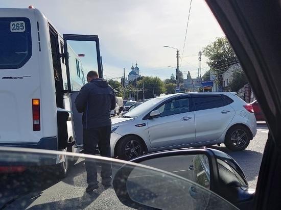 В Курске легковушка Kia врезалась в маршрутку