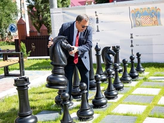 Во дворе КГМУ в Курске открыли огромную шахматную площадку