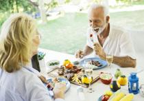 О том, как сделать меню не только разнообразным, но и полезным, «МК в Питере» рассказали специалисты Фонда «Пансионат для пожилых людей» (сеть пансионатов «Усадьба»). По долгу своей службы они в курсе всех тонкостей не только общения с престарелыми петербуржцами, но и питания — точно знают, как порадовать даже самых больших приверед в еде.