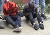 Угрожая сотрудникам пистолетами, преступники обчищали кассы и сейфы